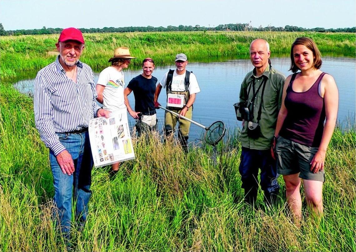 Spender Albert Jo Meyer (links) von bauatelier nord am Teich auf der gespendeten Weide am Jacob-Luers-Weg.